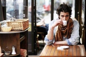 chico hipster tomando un café